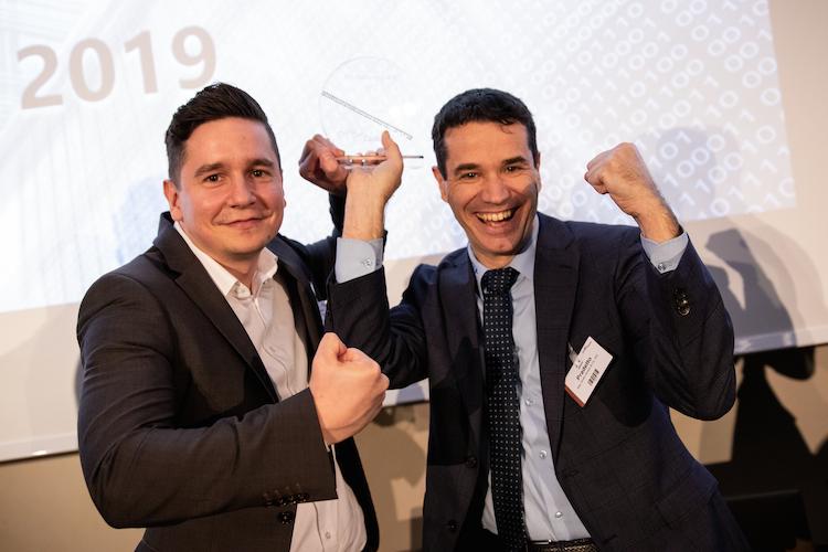 Sebastian Plaza und Oliver Pradetto mit dem Innovationspreis auf dem Digital Day 2019.