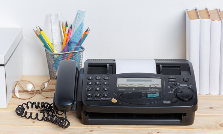 altes Faxgerät auf einem Tisch